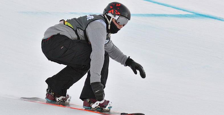 snowboarder bending his knees during a turn