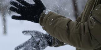Man wearing snow gloves